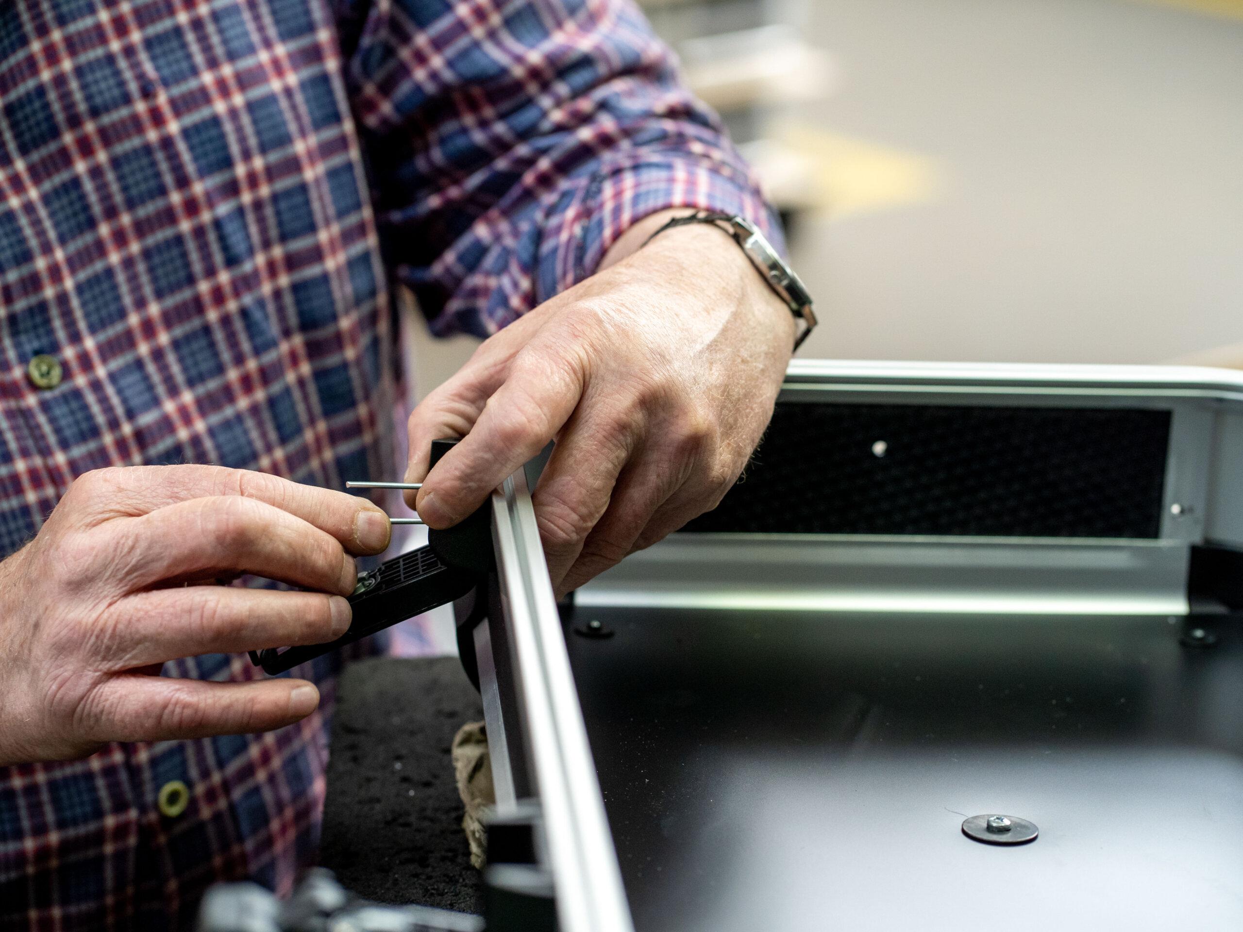Montage eines Spezialkoffers bei bwh Koffer